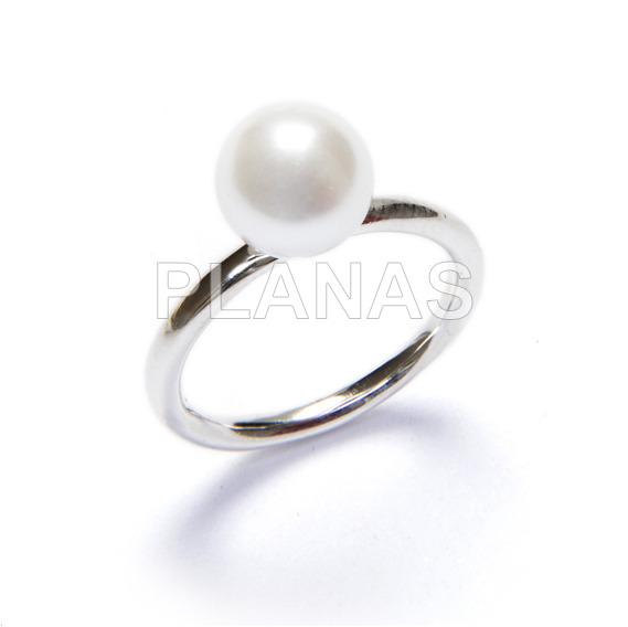 Ring in rhodium plated sterling silver and 8mm shell pearl.